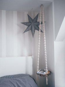 diy-schwebende-baumscheibe-als-beistelltisch-basteln-mit-makramee-halterung-holz-dekoration-yeah-handmade
