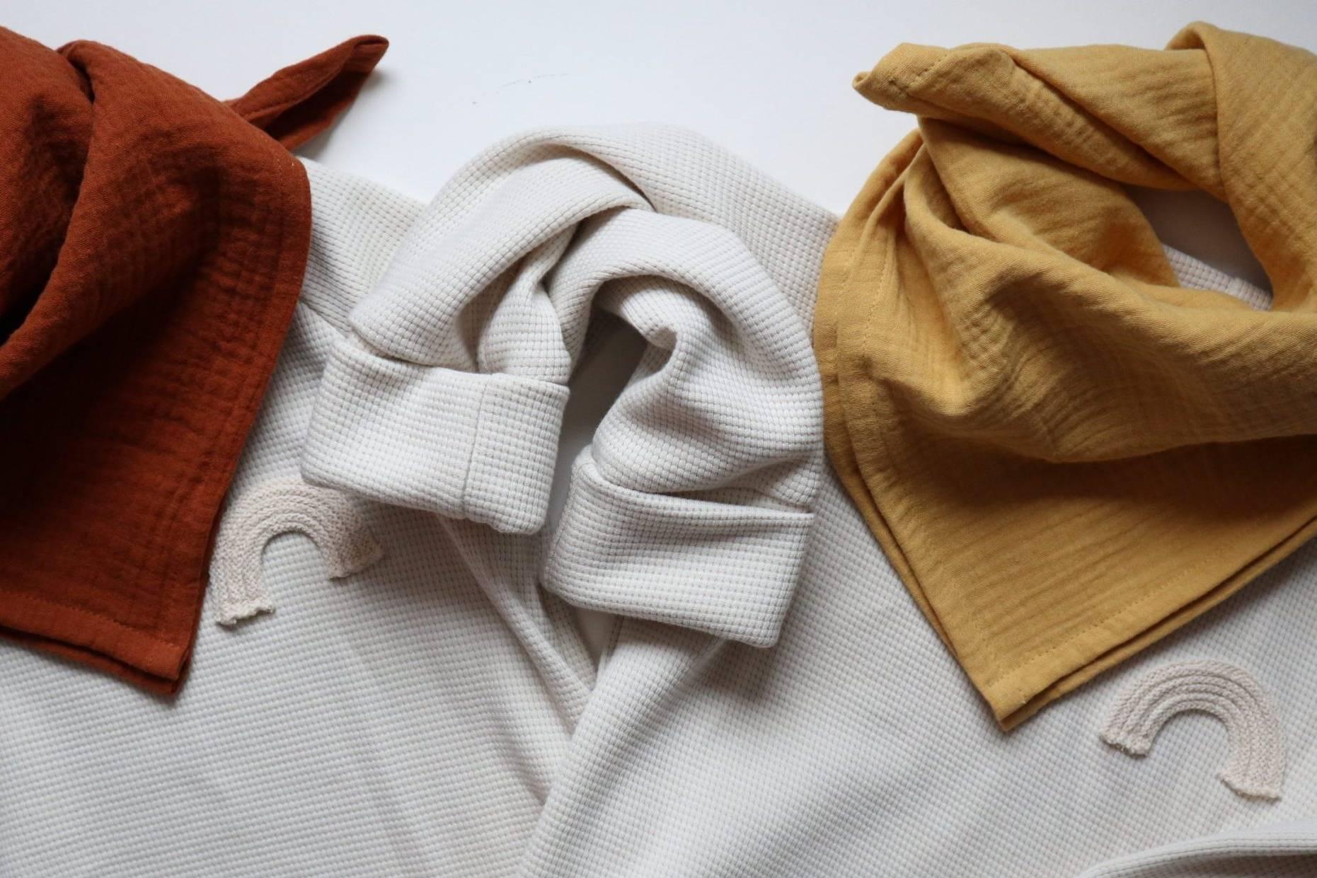 Zwillingsknopf-Pullover-handgenäht