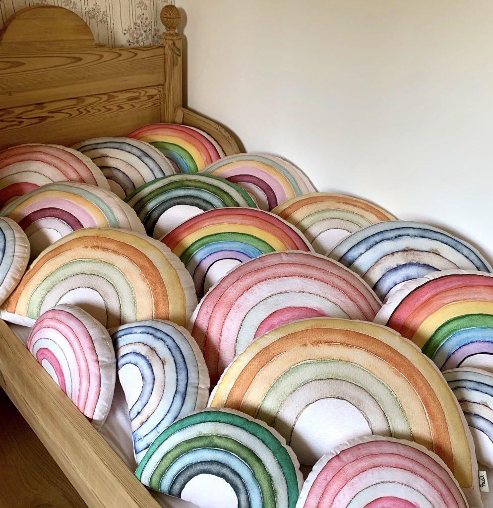 Theo-Regenbogenkissen-Kinderzimmerdeko-handgemacht